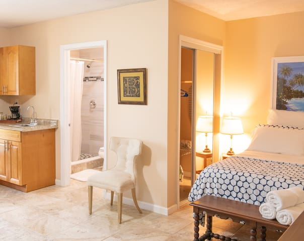 South Dade efficiency with pool ideally located