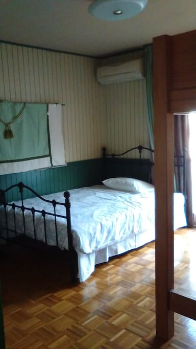 A high bed is added to accommodate 3 guests