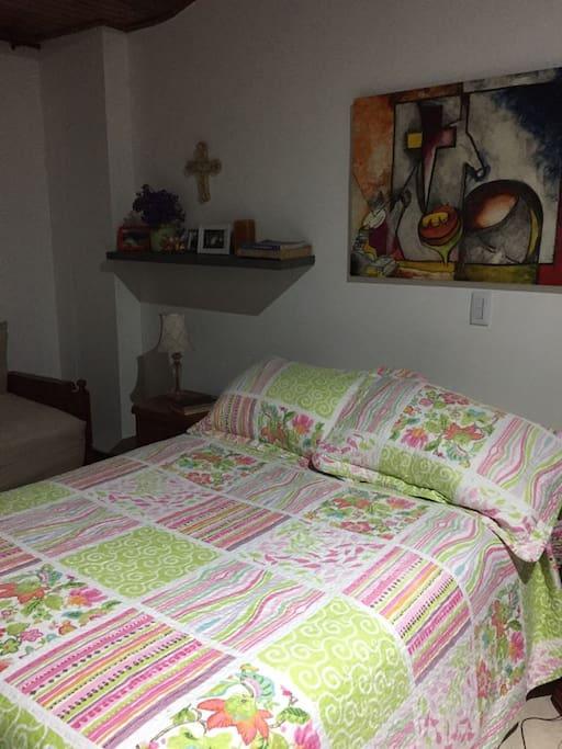 Habitación privada, cama doble para pareja o persona sola. Bastante amplia, closet, baño privado, ventana con vista a la calle, televisión y sofá cama.
