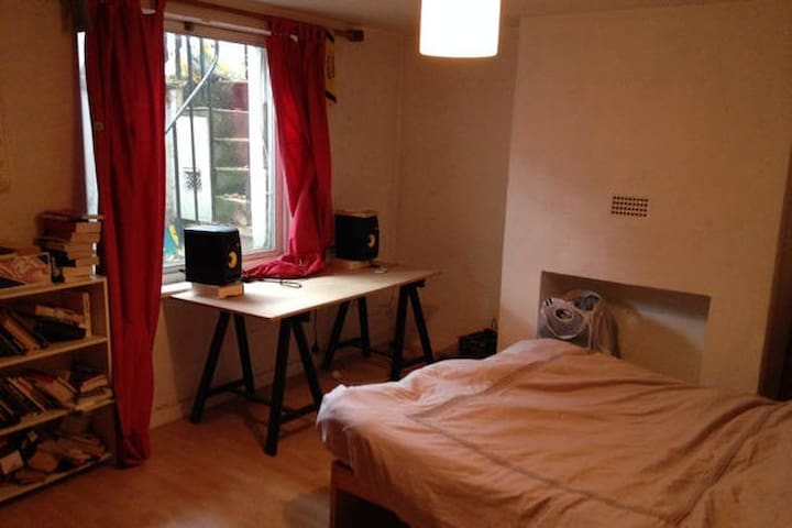 Double room in lovely, beautiful East London home - London - House