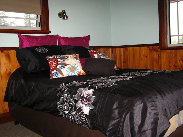 """Queen of Quaama""  Comfy private room for 2 or 3"