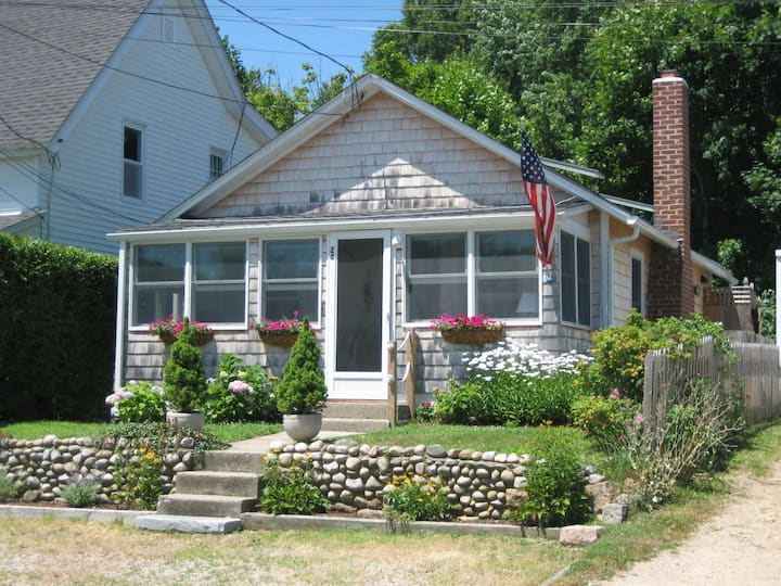 Beach cottage just steps from Niantic Bay