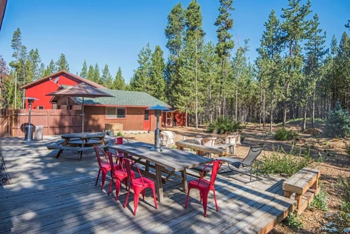 Cedar Log Inn - Beautiful Two Bedroom Log Cabin has Romantic Charm, Modern Amenities and Extensive Outdoor Living Space!