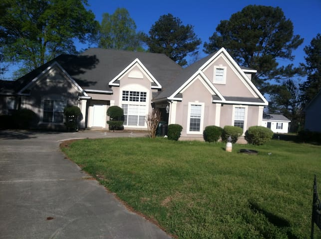 Clean comfortable room near I 475 - Macon