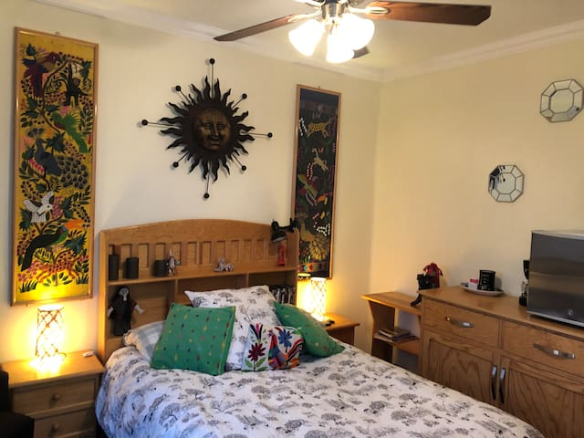 Cómoda habitación privada con cama doble, ventilador de techo, TV, escritorio, frigo bar y estación de café y té. Baño privado y acceso directo a amplia terraza. Además podrás utilizar todas las áreas comunes de la casa: cocina, sala y comedor.