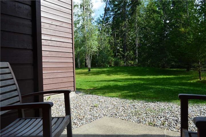 On-mountain condo with kitchen, outdoor pool, hot tubs & BBQ access, 5min walk to ski lifts: T616 - Timberline Lodges - 616 Juniper