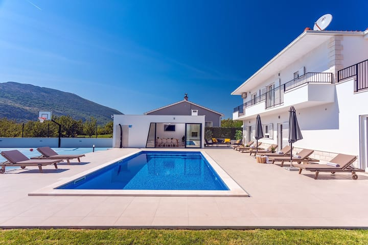 VILLA ALMIC with heated pool, 5 bedrooms, Media room,multi-use playground court