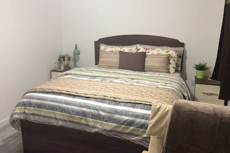SuperKing bedroom in town near Reading RailStation - Reading