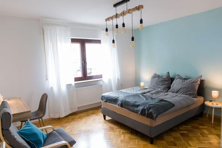 Modern, voll ausgestattes Zimmer in der Stadtmitte