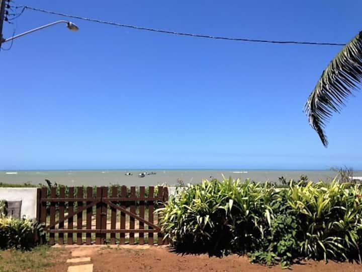 Casa pé na areia em praia de Manguinhos