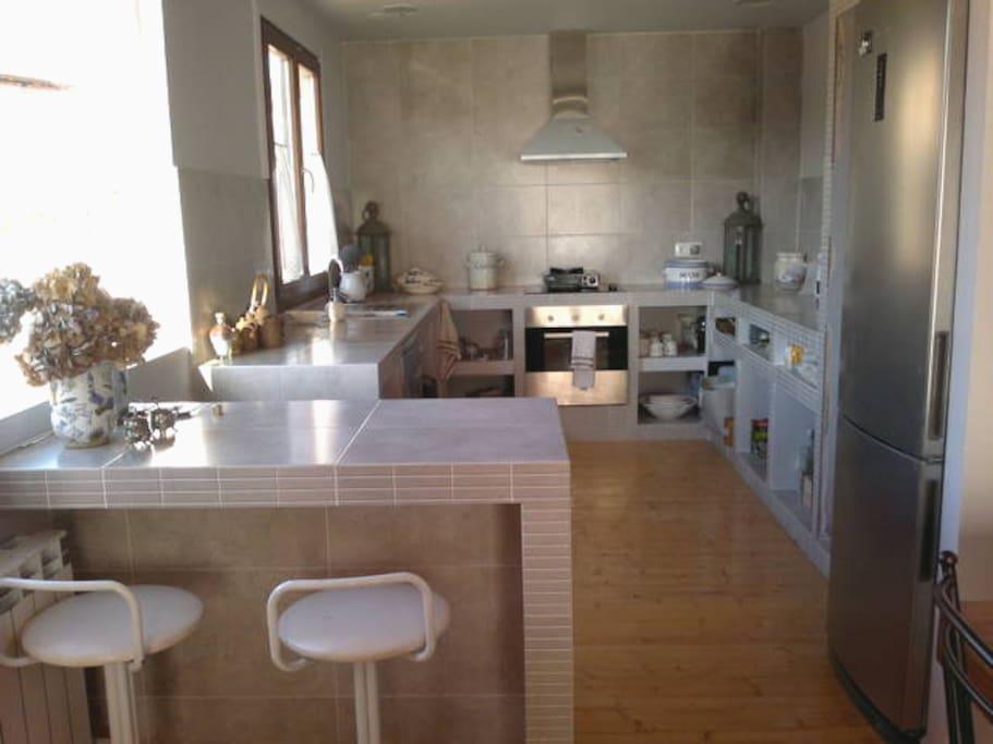 Cocina con vistas al antuguo lavadero de valdeavellano y la sierra cebollera.
