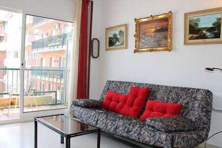 Very quiet apartment just 1 minute from the beach walking. Close to the Centre of the town - Pineda de Mar - Apartament