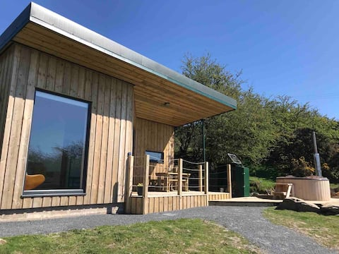 Knowe Lodge. Off-grid with a hot tub. Pet friendly