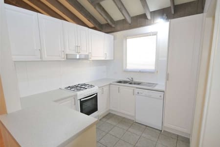 Spacious 2 bed home with large courtyard - Glen Iris - Hus