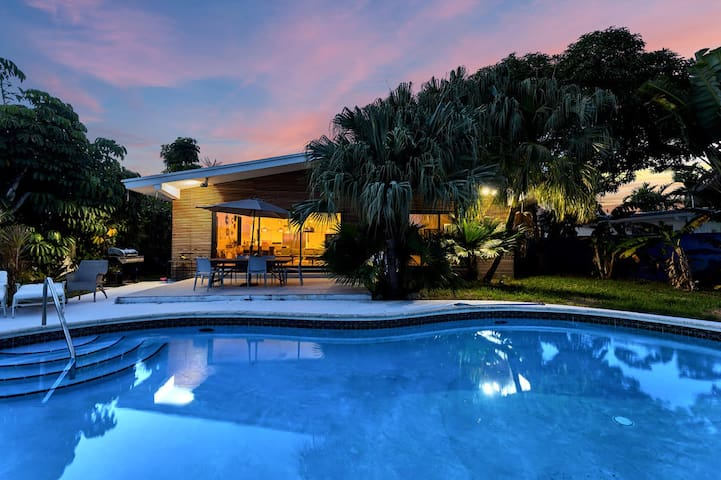 North Bay Village Waterfront Home w/Pool for 10+