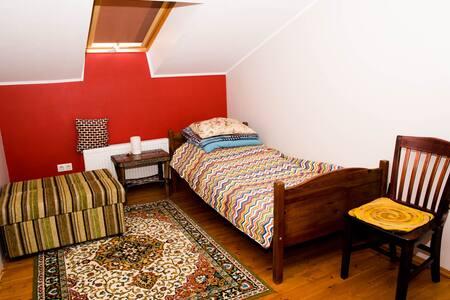 """Комната""""Red"""",8 км. от аэропорта, дорогаM1(E30)"""