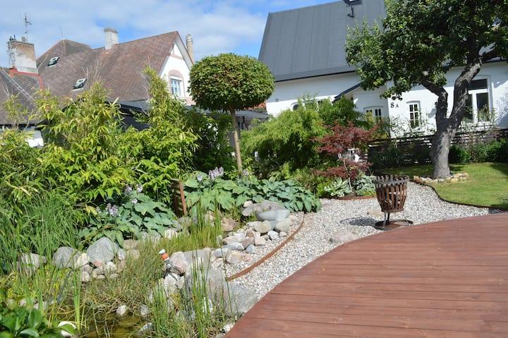 mysigt hus byggt 1901 i gamla Limhamn vid havet.