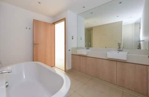 Fully furnished en-suit room in duplex apartment
