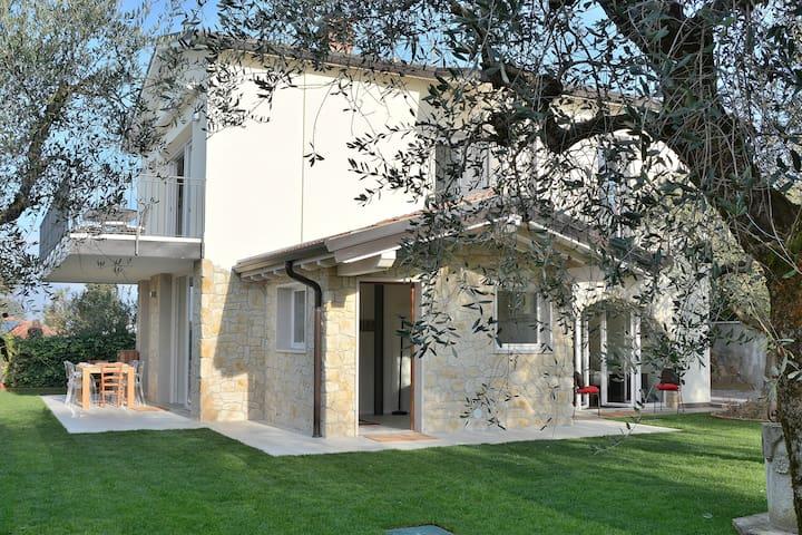 8 Sleeps Villa With Garden Terraces and Pool - Bardolino