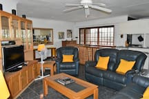 Comfortable one bedroom flat (en suite with bath and shower) with all the luxuries of home. Full DSTV and free WiFi included. Situated close to the Kruger Park and in the heart of the Panorama Route. White River is also part of Innibos Festival 2019.