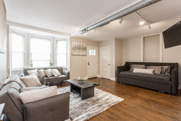 CHI FUN/COZY 2/1 APT CLOSE TO WRIGLEY IN LAKEVIEW!