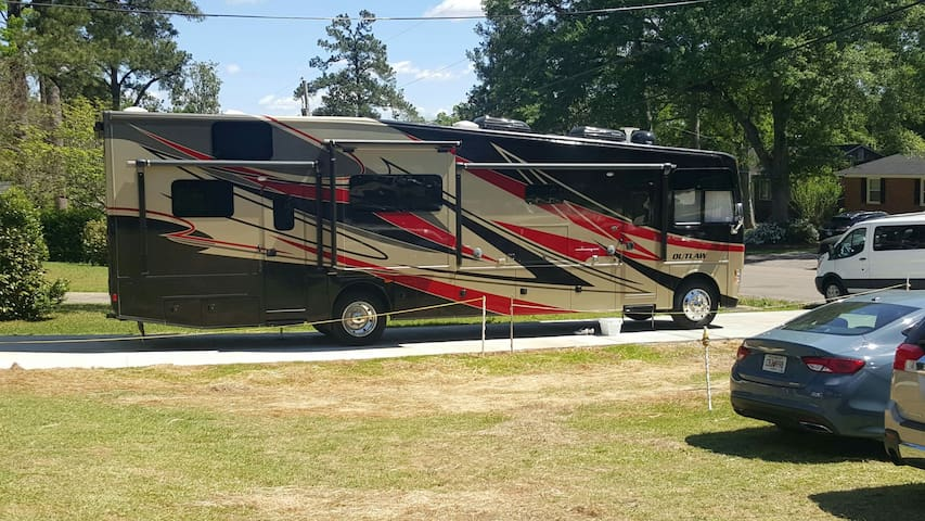 MASTERS Luxury Motorcoach CLOSE - Augusta - Trailer
