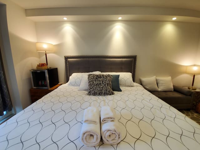 👑Private King Bed w/En Suite Bath, Washer & Dryer