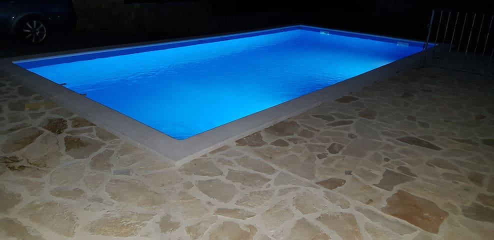 Villa with a pool by the sea, 5 bedroom