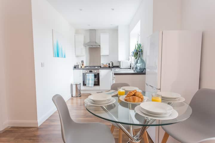 Stylish 2-bed with private terrace and parking