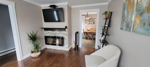 Cozy 2 Bedroom House DT/ Center Town- Close to Everything!