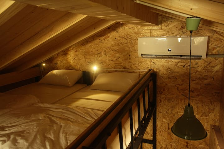 The Local Surasak Hostel : Special for Budget