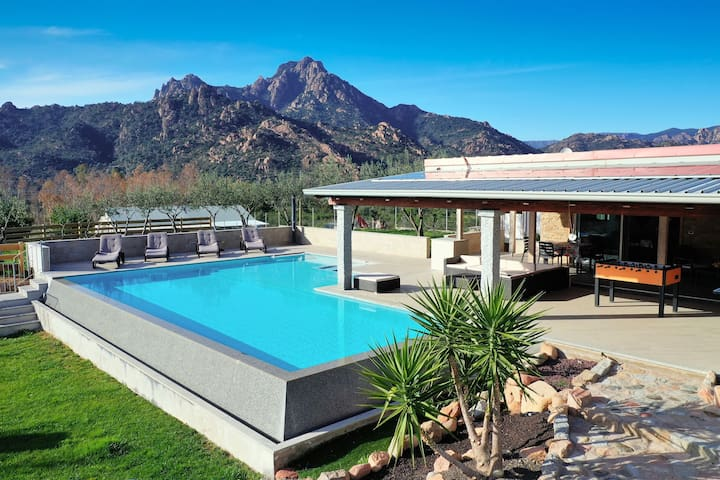 Fantastic Villa with Wi-Fi, Air Conditioning, Pool & Terrace; Garage Available, Pets Allowed