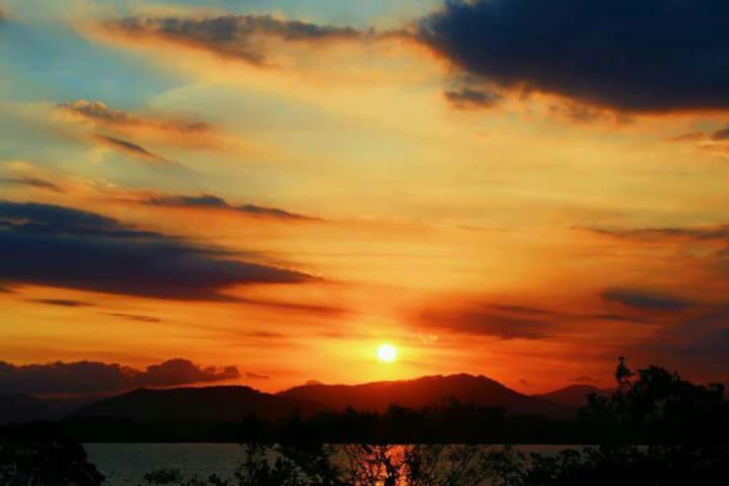 Pôr do sol na lagoa de Ibiraquera, na porta de Villa Josefa.