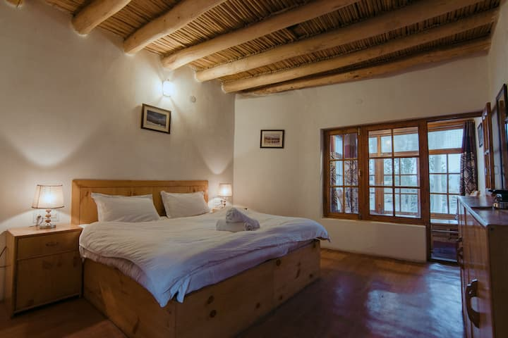 Rustic Double Room w/ Mountain View