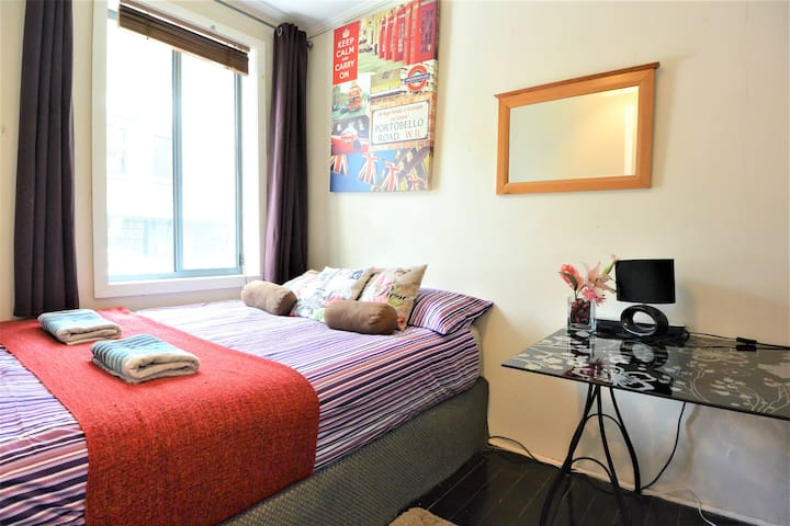Downtown Sydney, Queen Size Bed, Walk to Anywhere!