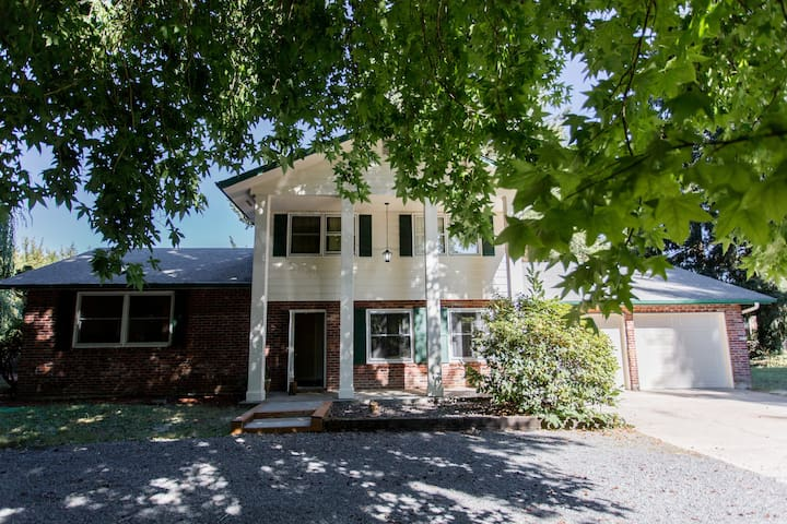 Stately Southern Style Home on 1 acre mins to PDX