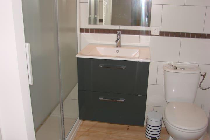 salle d'eau de l'étage avec douche, lavabo,wc