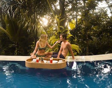 Free floating breakfast in the pool! ☕