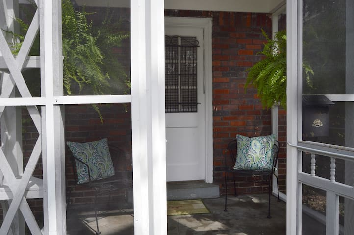 Cozy Midtown Getaway•Walk to Zoo•Relaxing Porch