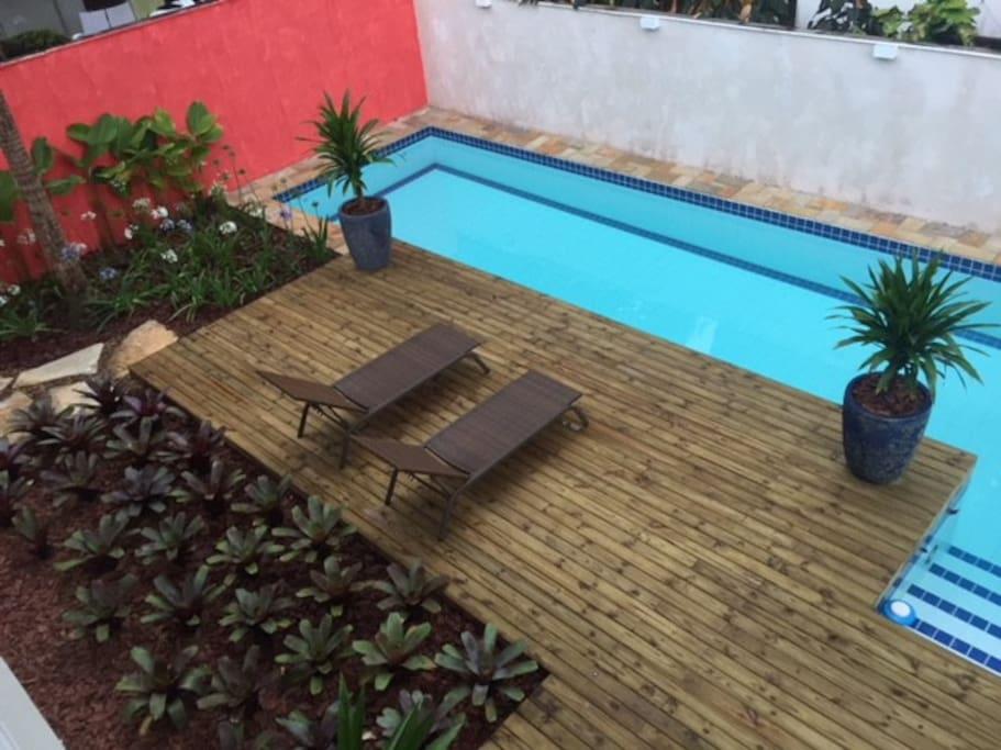 Piscina e jardim exclusivos da casa