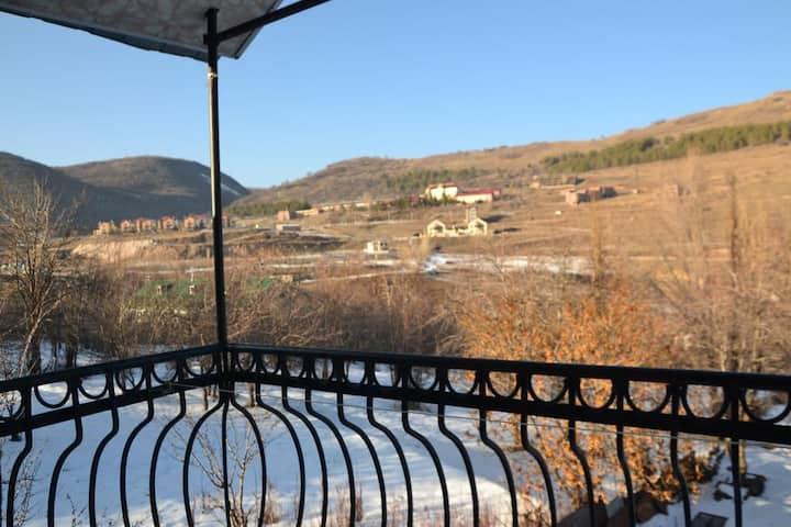 Коттедж расположен в курортном городе Цахкадзор