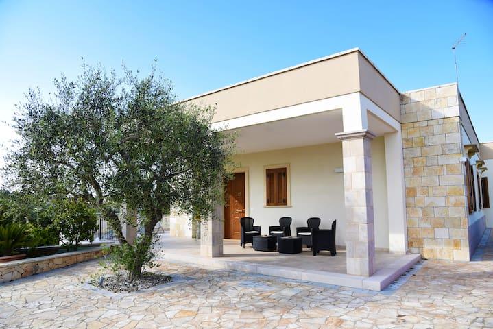 """Villa """"LE COLONNE"""" al centro della Puglia"""