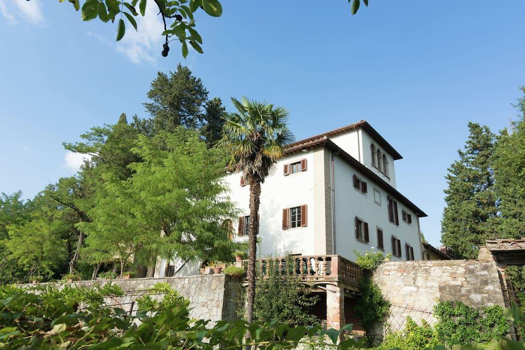 historische villa auf einem h gel mit garten und pool. Black Bedroom Furniture Sets. Home Design Ideas