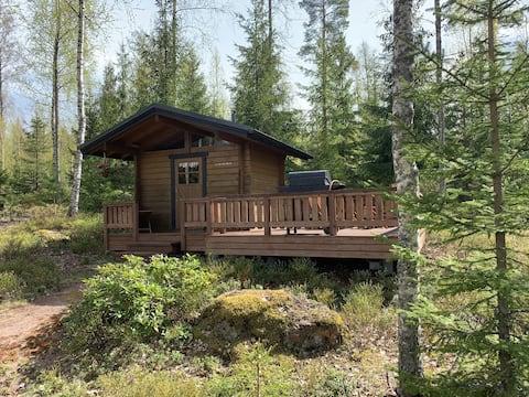 Casa de campo noturna em um ambiente tranquilo e agradável perto de um lago