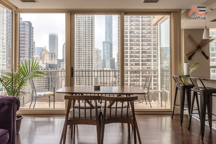 2B/2BA Luxury Magnificent Mile Apt w/ Balcony, Gym, Pool & Spa + Parking