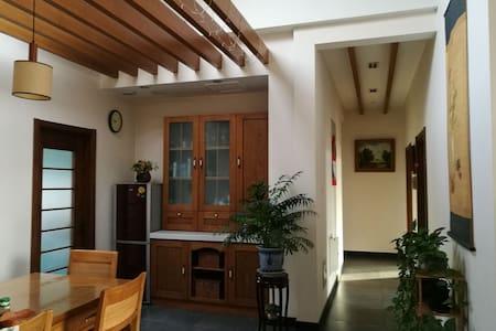 紧邻清华大学圆明园,近邻北大中关村,五道口,高档低密度小区褐石园,   一间带有花园阳台的房间。