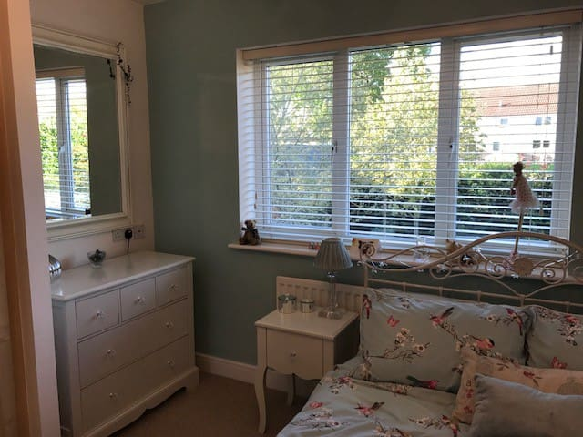 Peaceful cosy double room, private bath and lounge
