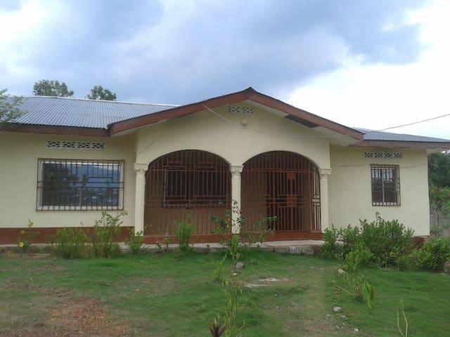 Room in private and secure compound in Kenema - Kenema - Rumah