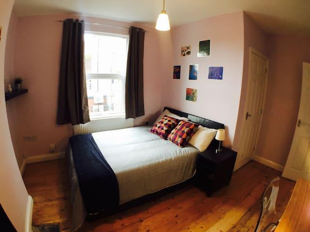 Master bedroom with private bathroom & breakfast - City of Bristol - Casa
