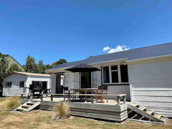 Poppa's Place: with Lake Taupo & Tongariro near by
